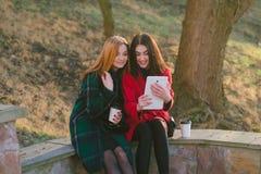 Dos muchachas con el artilugio Fotografía de archivo