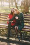Dos muchachas con el artilugio Imágenes de archivo libres de regalías