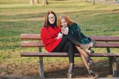 Dos muchachas con el artilugio Fotografía de archivo libre de regalías