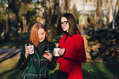 Dos muchachas con el artilugio Fotos de archivo