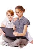 Dos muchachas con el cuaderno Foto de archivo