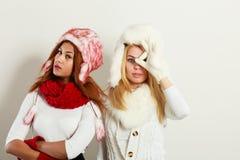 Dos muchachas con el equipo del invierno Foto de archivo