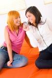Dos muchachas con el teléfono celular Fotos de archivo libres de regalías