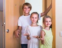 Dos muchachas con la reunión del adolescente en entrada Imagenes de archivo