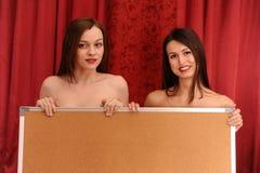 Dos muchachas con la tarjeta Imagenes de archivo