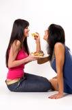 Dos muchachas con las tortas Fotografía de archivo libre de regalías
