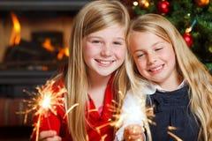 Dos muchachas con los sparklers imagenes de archivo