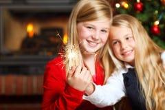 Dos muchachas con los sparklers imágenes de archivo libres de regalías