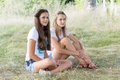 Dos muchachas de 14 años en la naturaleza Imagenes de archivo