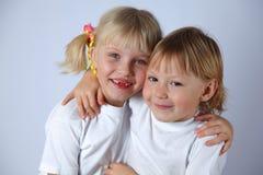 Dos muchachas de abarcamiento Fotografía de archivo libre de regalías