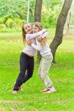 Dos muchachas de abarcamiento lindas Imagen de archivo