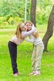 Dos muchachas de abarcamiento lindas Fotos de archivo libres de regalías