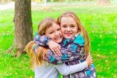 Dos muchachas de abarcamiento lindas Imagen de archivo libre de regalías