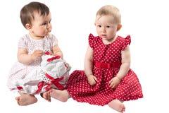 Dos muchachas de bebés adorables aisladas en el fondo blanco Imagen de archivo