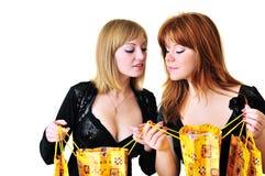 Dos muchachas de compras curiosas Fotos de archivo libres de regalías