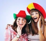 Dos muchachas de griterío felices - fanáticos del fútbol Foto de archivo libre de regalías