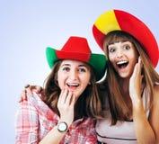 Dos muchachas de griterío felices - fanáticos del fútbol Fotografía de archivo