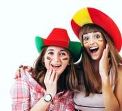 Dos muchachas de griterío felices - fanáticos del fútbol Imágenes de archivo libres de regalías