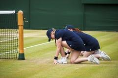 Dos muchachas de la bola en Wimbledon Imágenes de archivo libres de regalías