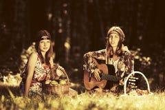 Dos muchachas de la moda de los jóvenes en un bosque del verano Imágenes de archivo libres de regalías