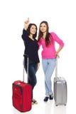 Dos muchachas de los amigos con las maletas del viaje Foto de archivo