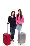 Dos muchachas de los amigos con las maletas del viaje Imagen de archivo