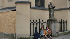 Dos muchachas de los músicos de la calle que juegan en bandura ucraniano nacional del instrumento musical en la plaza en la vieja