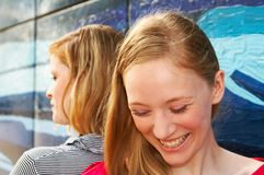 Dos muchachas de risa fotos de archivo libres de regalías