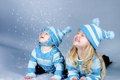 Dos muchachas de risa en nieve fotos de archivo