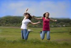Dos muchachas de salto Foto de archivo libre de regalías