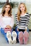 Dos muchachas del adolescente con los libros Imágenes de archivo libres de regalías