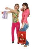 Dos muchachas divertidas que llevan bolsos foto de archivo libre de regalías