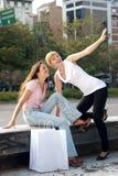 Dos muchachas emocionales con un bolso de compras Fotografía de archivo libre de regalías