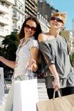Dos muchachas emocionales con un bolso de compras Fotos de archivo