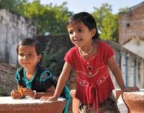 Dos muchachas en aldea india verdadera Fotografía de archivo libre de regalías