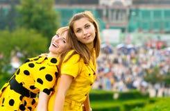 Dos muchachas en alineadas amarillas fotografía de archivo libre de regalías