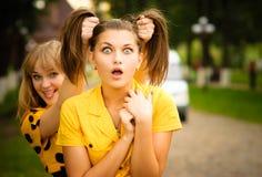 Dos muchachas en alineadas amarillas imagen de archivo libre de regalías
