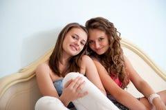 Dos muchachas en cama Imagenes de archivo