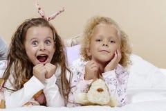 Dos muchachas en cama Fotografía de archivo