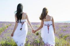 Dos muchachas en campo de la lavanda Imagen de archivo