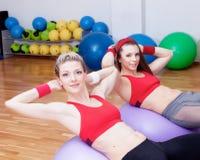 Dos muchachas en club de los fitnes Imagen de archivo libre de regalías