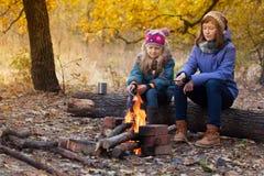 Dos muchachas en comida campestre Imagen de archivo libre de regalías
