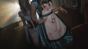 Dos muchachas en disfraces de Halloween y cambios de imagen bailan a la cámara en el club de noche almacen de metraje de vídeo