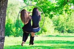 Dos muchachas en el aro Fotografía de archivo libre de regalías