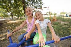 Dos muchachas en el carrusel Imágenes de archivo libres de regalías