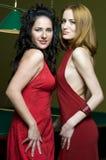 Dos muchachas en el club de la piscina Imagen de archivo