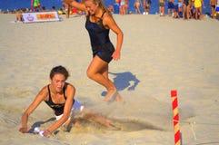 Dos muchachas en el final de la raza de la playa imágenes de archivo libres de regalías