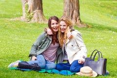 Dos muchachas en el parque Foto de archivo libre de regalías