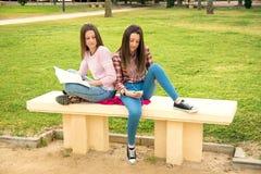 Dos muchachas en el parque Fotos de archivo libres de regalías