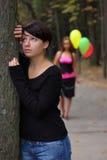 Dos muchachas en el parque del otoño Fotos de archivo libres de regalías